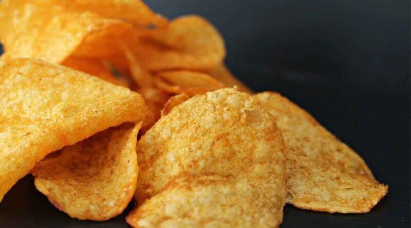 Chipsy - jaki mają skład i wpływ na zdrowie? Czym jest akrylamid i ile jest kalorii w chipsach?