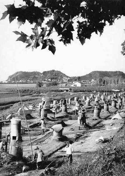 Gdy trwał Wielki Skok Naprzód w Chinach, w kraju stawiano miliony dymarek do wytopu stali