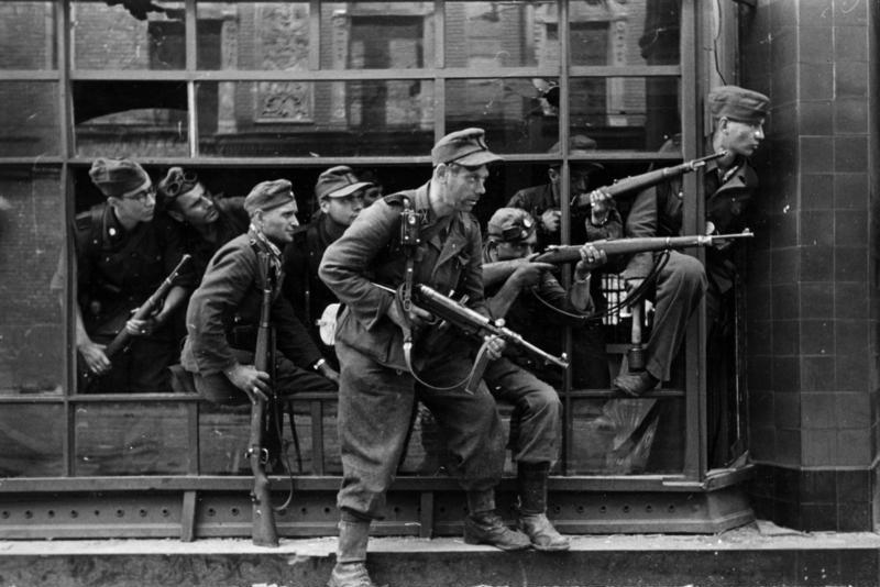 Powstanie warszawskie - Żołnierze pułku Dirlewangera podczas walk w rejonie ul. Focha