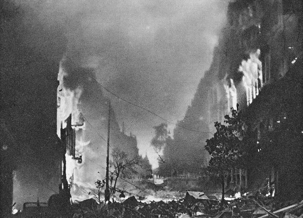 Powstanie Warszawskie - Płonąca ulica Marszałkowska podczas powstania warszawskiego