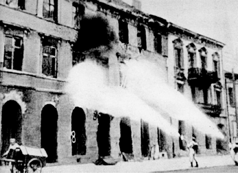 Powstanie warszawskie - niemieckie Brandkommando podpalające warszawską kamienicę