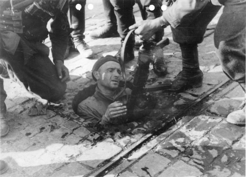 Powstanie warszawskie - powstaniec z Mokotowa wychodzi z kanałów na terenie zajętym przez Niemców. Zdjęcie prawdopodobnie gdzieś w alei Puławskiej pomiędzy ulicą Madalińskiego a Dworkową.