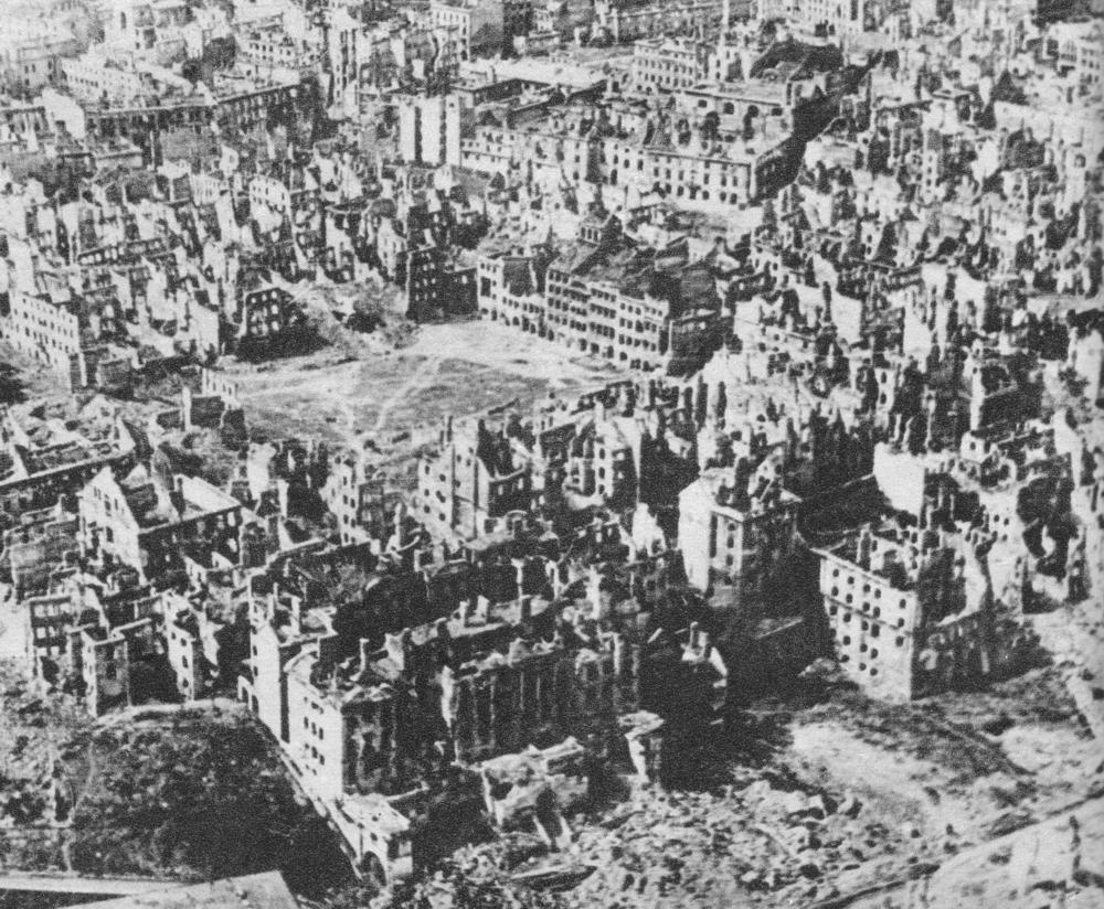 Powstanie Warszawie, ruiny Warszawy: Stare Miasto po Powstaniu Warszawskim. Widok na Kanonię i Rynek.