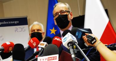 Minister zdrowia Adam Niedzielski zapowiada obostrzenia i restrykcje. Koronawirus wraca do Polski